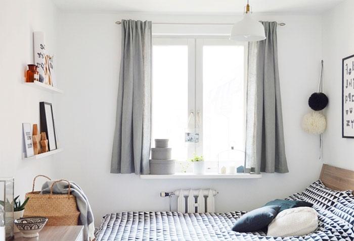 Серые короткие шторы в спальни до подоконников