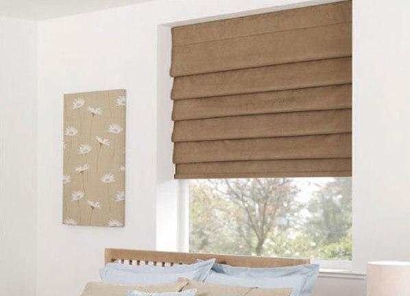Короткие коричневые шторы в спальню до подоконника