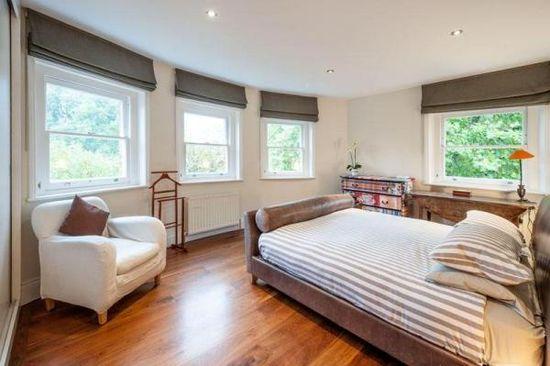 Короткие шторы в спальню до подоконника тёмного тона