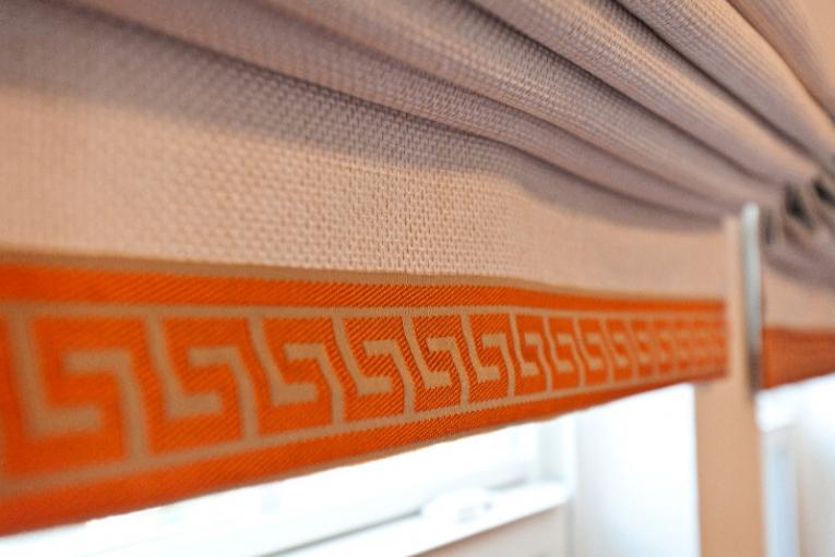 Короткие римские шторы в спальню до подоконника с арнаментом