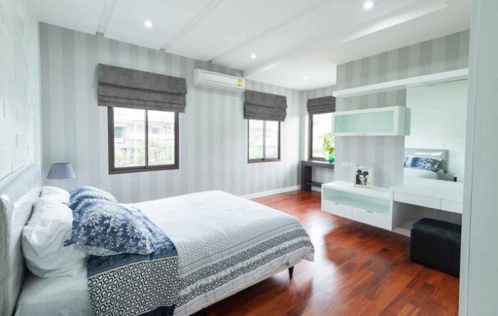 Короткие серые шторы в спальню до подоконника