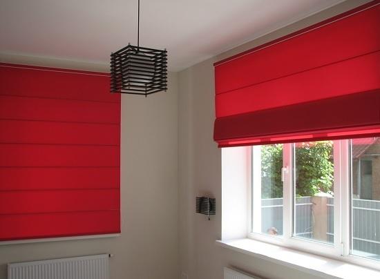 Короткие шторы светлорозового цвета в спальню до подоконника