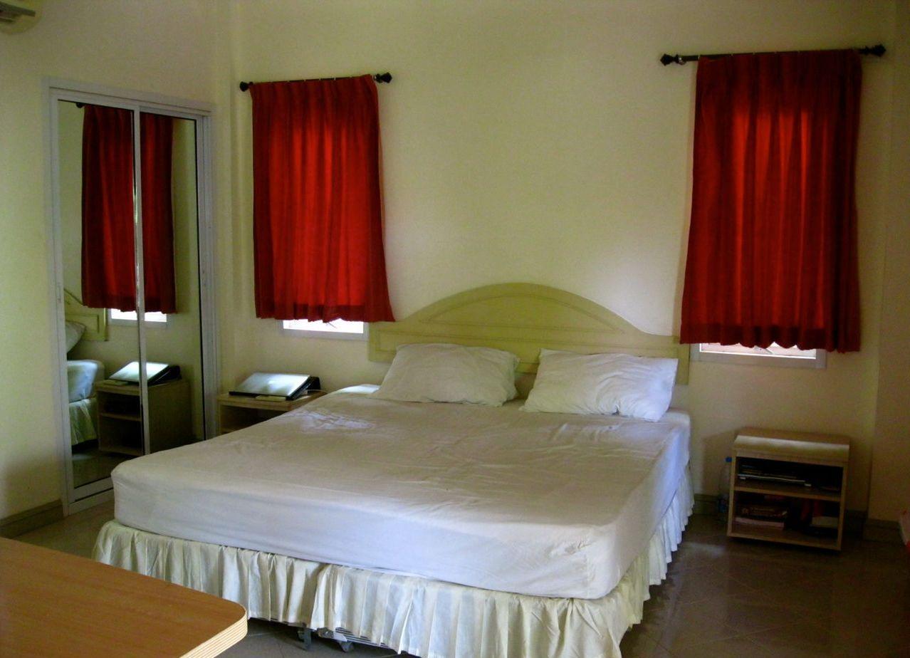 Коротенькие бордовые шторы в спальню до подоконника