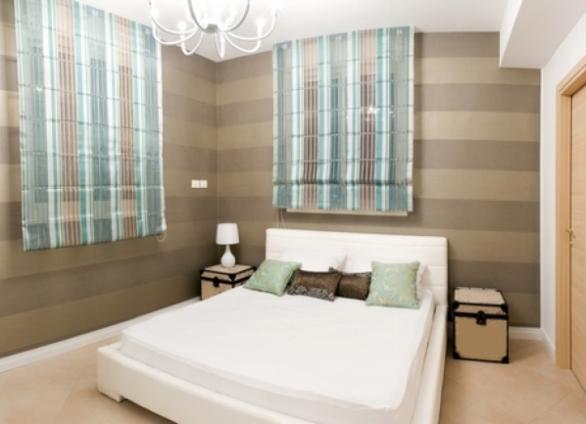 Короткие римскеие шторы в спальню до подоконника бирюзово – коричнево – серого цвета
