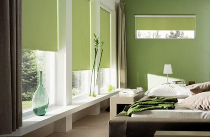 Короткие шторы в спальню до подоконника ядовито - зелёного цвета