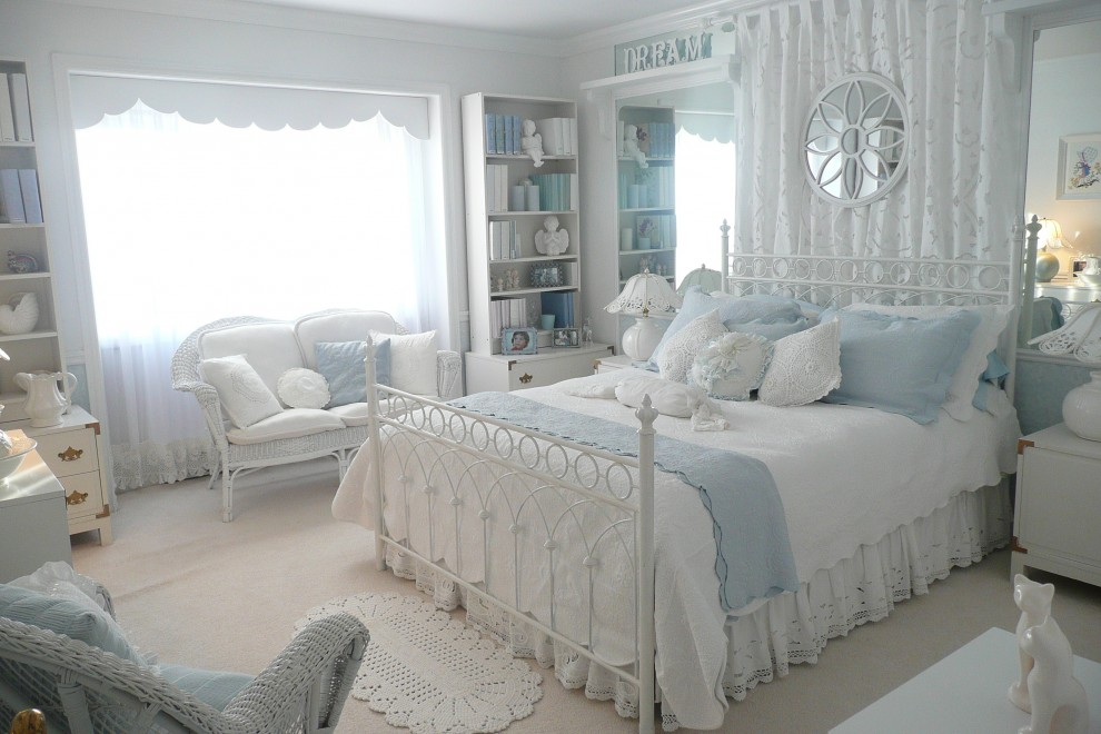 Бело голубые тона в оформлении спальни