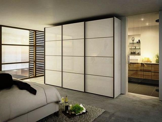 Белый корпусный шкаф отлично подходит в тон дизайна комнаты