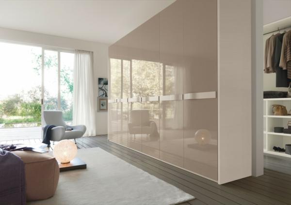 Большой шкаф в интерьер которого входит кремовая глянцевая отделка неверотнятно красив и идельно подходит для спального помещения