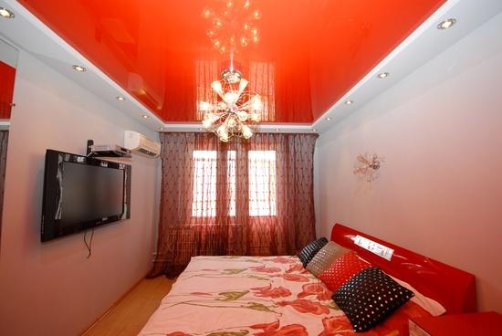 Красный комбинированный потолок