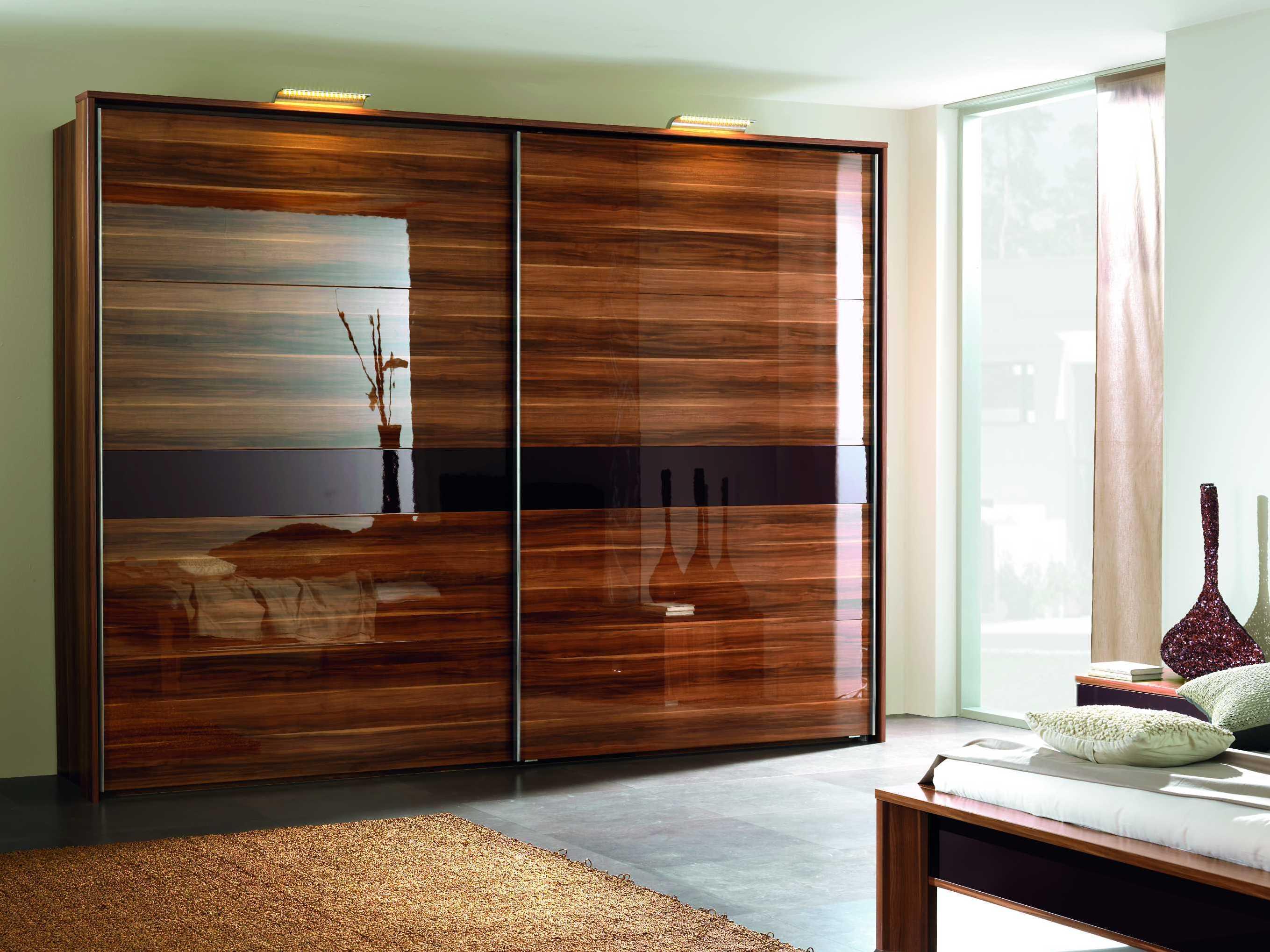 Неповторимый ретро стиль коричневого шкафа купе создает уникальную атмосферу в спальне