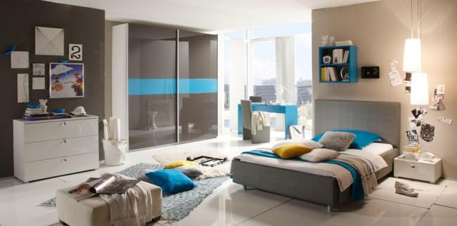 Небольшой корпусный шкаф идеально вписывается в интерьер спальни