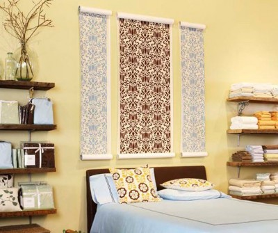 Оригинальный подход который включает в себя рулонные шторы схожие по фактуре с обоями, данная комбинация обоев превосходно выглядит