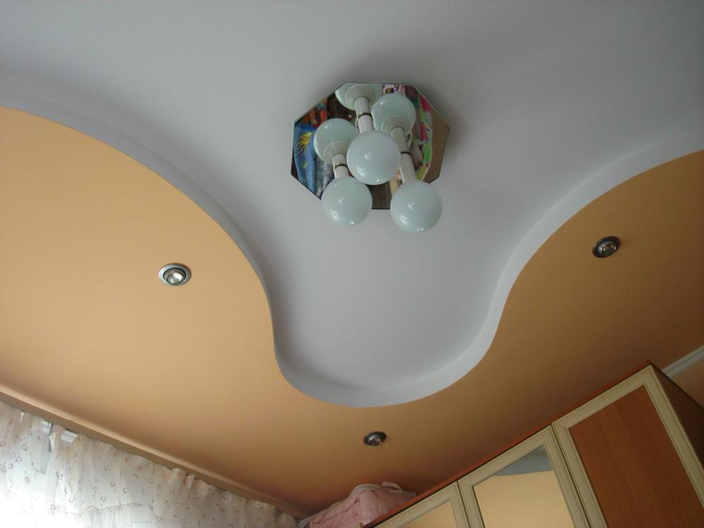 Жёлто-белый потолок с бирюзовой люстрой очень гармонично выглядят