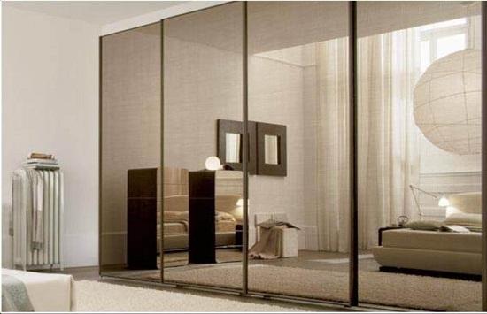 Неповторимы зеркальный шкаф расположенный прямо в спальне значительно улучшает дизайн вцелом