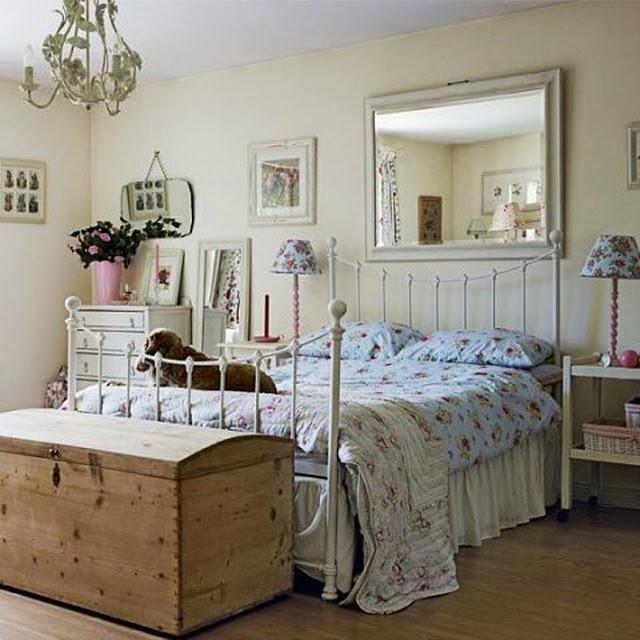 Стильным решением для спальни в стиле прованс станет винтажная металлическая кровать