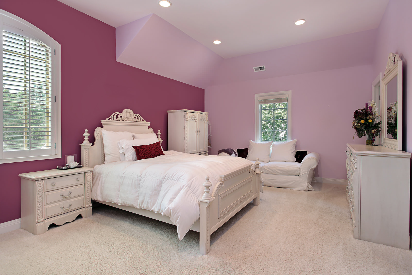Варианты применения комбинированных обоев разных тонов в спальне