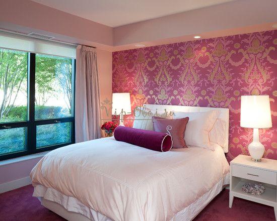 Данное освещение в спальне требует включить в комбинацию два типа обоев, иначе помещение будет скучно оформлено