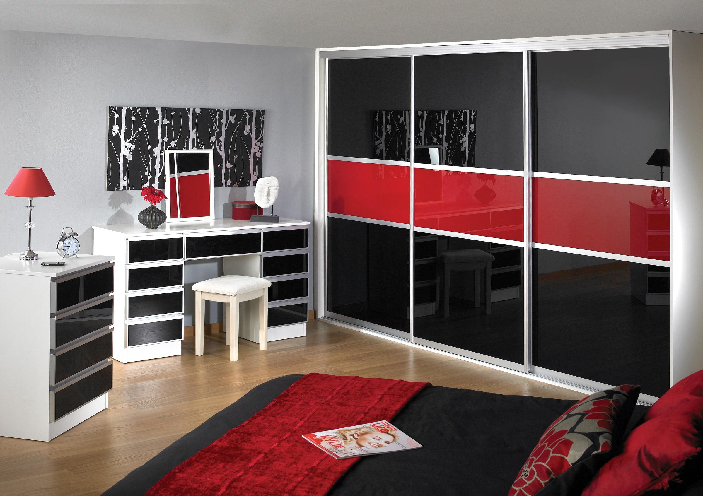 Яркий шкаф купе в спальне прекрасно дополняет интерьер спальни и подчёркивает основные нотки дизайна