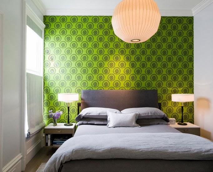 Комбинация из обоев неприметного серого цвета идеально подходит для того чтобы сделать акцент на желаемой части помещения