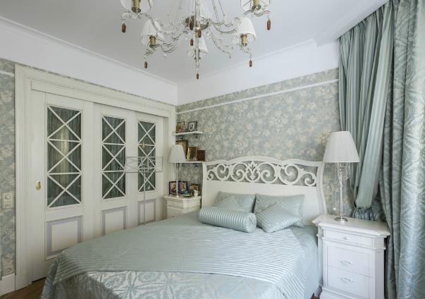 Белая стеклянная дверь в спальне