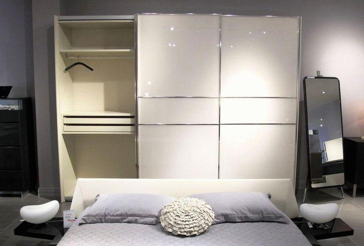 Белый цвет и элементы хрома интересная дизайнерская подборка украшают шкаф спальни
