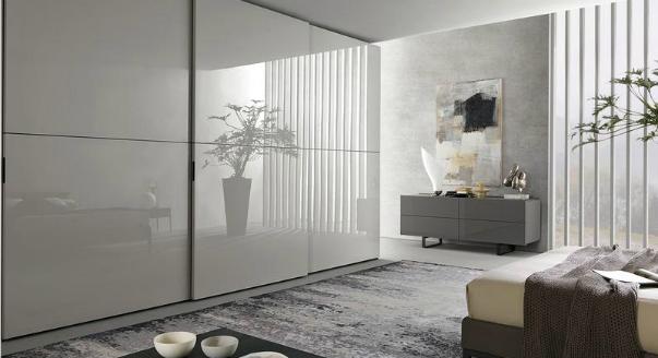 Шкаф нестандартных размеров и дизайна отлично вписывается в интерьер комнаты