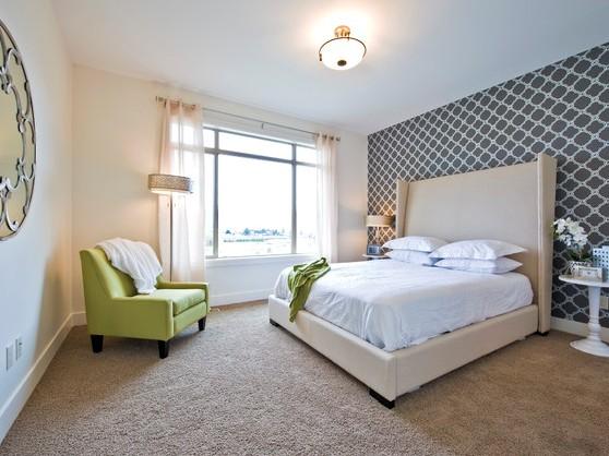 Комбинирование обоев в спальне с выделением зоны сна