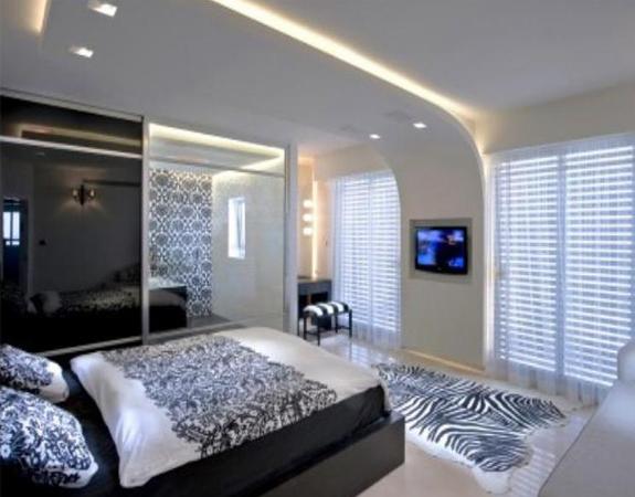 Многоуровневый потолок с переходом на стену