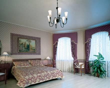 Лаконичный одноуровневый потолок отлично подойдет к стилю минимализм в интерьере
