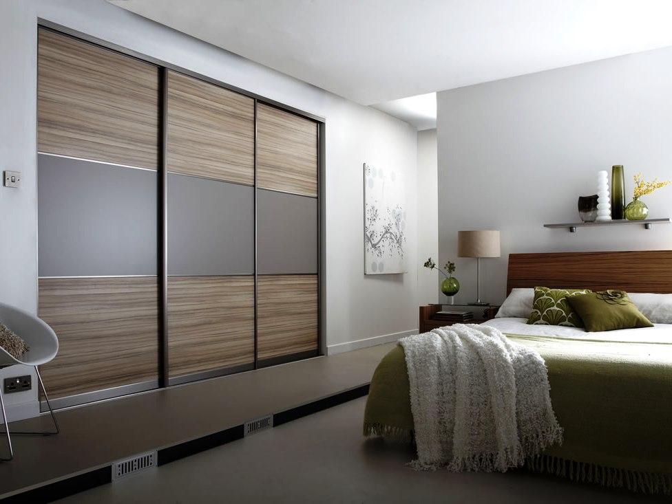 Элементы матовых деревянных вставок в дизайне шкафа, приятный акцент в обстановке спальни
