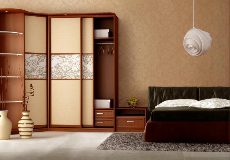 Необычные полосы с узорами на шкафе помогают внести изюминку в скучный интерьер спальни