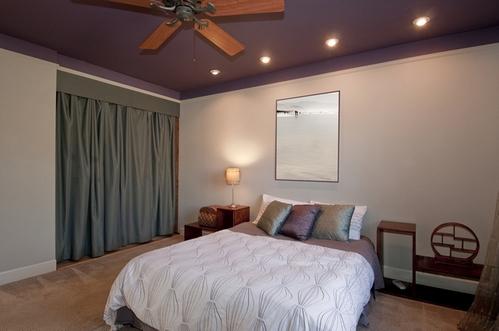 Цветной потолок с точечным освещение служат основой для приятного освещения