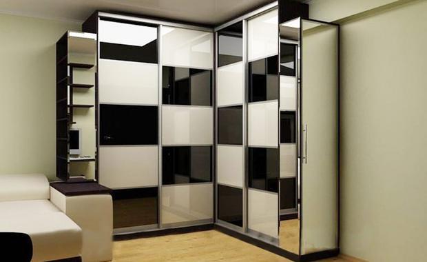 Угловой шкаф с черно белыми элементами в дизайне прекрасное решение для спальни