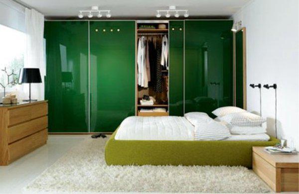 Дизайн вместительного шкаф зелёного цвета подобран с учётом пожеланий хозяина, и сразу же приковывает к себе взгляд в комнате