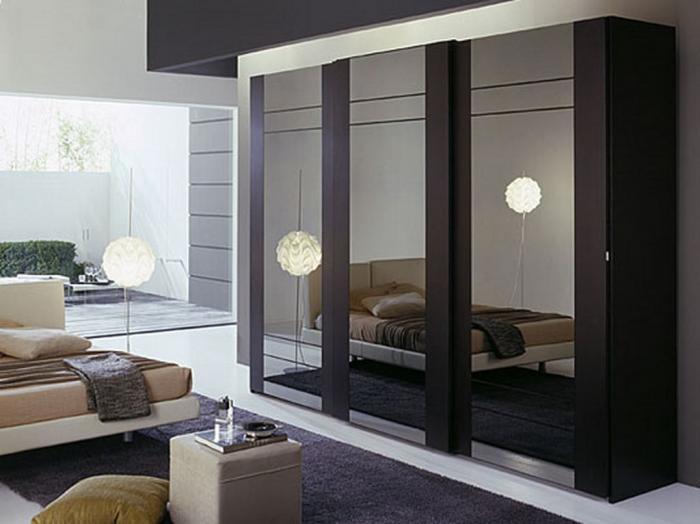 Тёмный зеркальный шкаф прекрасен в интерьере спальни