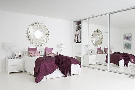 Оригинальный дизайн зеркальног шкафа будет долго радовать хозяев данной спальни