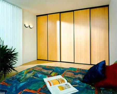 Шкаф тёплого жёлтого цвета как большое приятное яркое пятно в дизайне комнаты